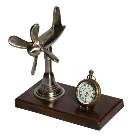 Самолёт и часы на подставке