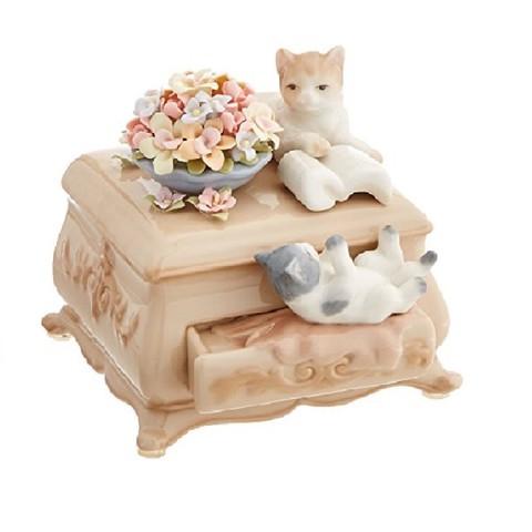 Котята на комоде